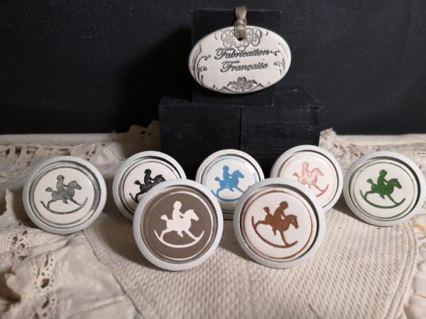 Bouton-poignee-meuble-button-handle-tiroir-porte-artisanal-original-pub-chambre-animal-presentation-cheval-bascule-couleur-bois-creme