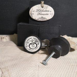Bouton poignée meuble button handle tiroir porte artisanal original pub Galeries Lafayette couleur bois noir