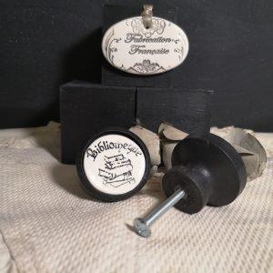 bouton-poignee-meuble-button-handle-tiroir-porte-artisanal-original-pub-cuisine-inscription-chambre-bibliotheque-ceramique-bois-noir