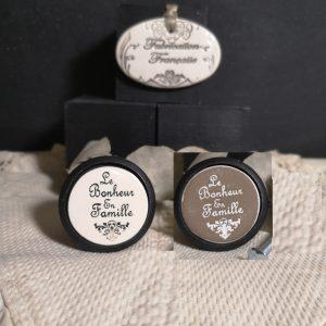 bouton-poignee-meuble-button-handle-tiroir-porte-artisanal-original-pub-cuisine-inscription-chambre-bonheur-en-famille-ceramique-presentation-bois-noir