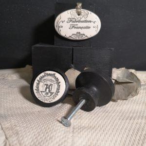 bouton-poignee-meuble-button-handle-tiroir-porte-artisanal-original-pub-cuisine-inscription-chambre-broc-salle-de-bain-ceramique-bois-noir