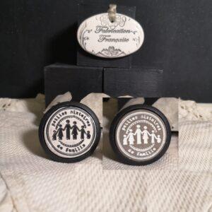 bouton-poignee-meuble-button-handle-tiroir-porte-artisanal-original-pub-cuisine-inscription-chambre-petites-histoires-ceramique-presentation-bois-noir