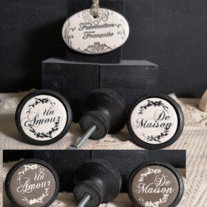 bouton-poignee-meuble-button-handle-tiroir-porte-artisanal-original-pub-cuisine-inscription-chambre-un-amour-de-maison-ceramique-présentation-bois-noir