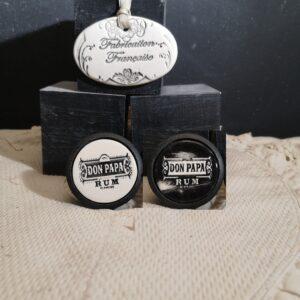 Bouton poignée meuble de tiroir ou porte artisanal original pour cuisine salle de bain chambre bureau ou autre RUM DON PAPA en céramique présentation bois noir